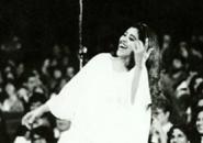 Em Nardja Zulpério, Regina Casé pisa o palco sozinha
